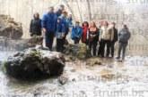 Кюстендилски туристи извървяха пеша 7 км до замръзналия водопад Света Анна в Невестинско