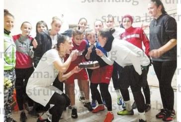 """Футболистка на """"Спортика"""" почерпи с торта """"Барселона"""" съотборничките си за имен ден и рожден ден"""