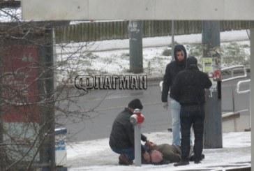 Извънредно! Студът уби човек на автобусна спирка