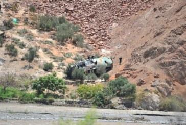 Автобус падна в 200-метрова пропаст, загинаха 44-ма