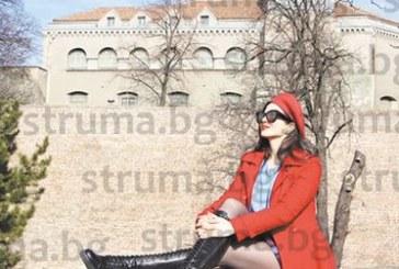 В МЕСЕЦА НА ЛЮБОВТА! Санданският славей Райна украси стария Белград, направи си фотосесия и в Лондон