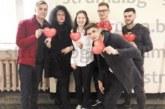 Гимназисти от НХГ изненадаха с валентинки съучениците си, украсиха със сърчица класните стаи