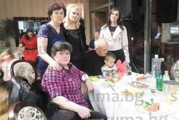 Главната счетоводителка на VIII СУ празнува  60-г. юбилей, тримата внуци помогнаха да  духне свещичките на тортата
