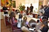 Заместник- кметът по култура и хуманитарни дейности Христина Шопова награди и изненада  децата с най-искрени писма до Дядо Коледа