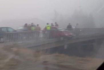 След катастрофа! Кола увисна над река