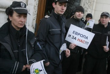 Масови протести на служителите в затворите
