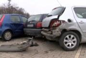 Автомеле на служебен паркинг, БМВ помете три коли