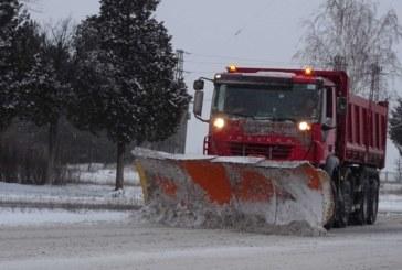 Усложнена зимна обстановка! Пожарникари вадят от преспите закъсал автобус с деца