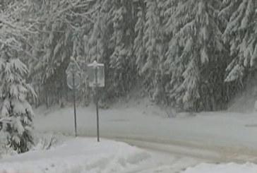 Обилни снеговалежи затвориха пътищата