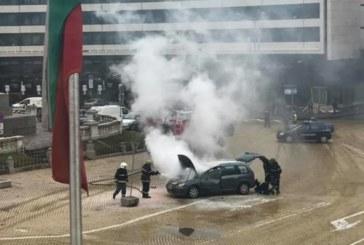 Кола се запали пред парламента