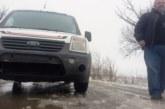 Ченгета охраняват инкасо автомобил, закъсал на пътя заради ледена буца
