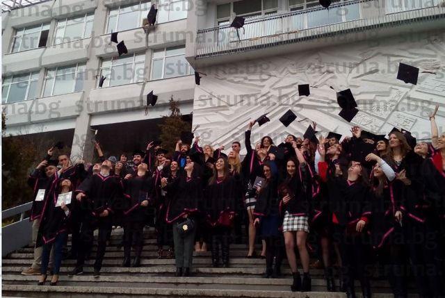 146 абсолвенти на Филологическия факултет се дипломираха на тържествена церемония, А. Клечерова от Банско и санданчанинът Д. Нурков пълни отличници