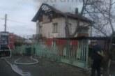 Къща в Сапарева баня лумна в пламъци, огнеборците на крак