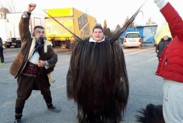37-г. благоевградчанин взе рекорда за най-дълъг косъм на кукерски костюм, представя го в Бургас