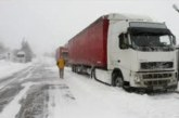 ЦЯЛА БЪЛГАРИЯ В ЗИМЕН КАПАН! Ограничиха движението на товарни автомобили по пътя Самоков-Дупница