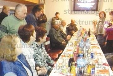 Съученици от благоевградското Четвърто ОУ се срещнаха 53 години след последния училищен звънец, посрещнаха класната си В. Начева с огромен букет