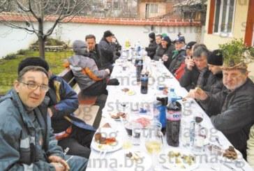 Благоевградският съветник Сашо Милчев празнува Трифон Зарезан с тайфа приятели