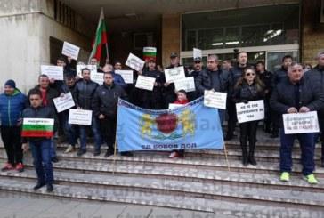 Служители на съдебната охрана, арестите и надзирателите в Бобов дол отново на протест, синдикалистът Г. Стоянов: Затворът е на самотек, един човек отговаря за 11 килии със 100 лишени от свобода, докато върши и нещо друго