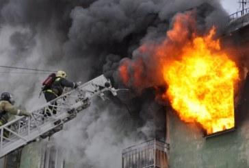 Пламъци обгърнаха къща! Пожарникари измъкнаха с горящи дрехи на гърба мъж