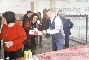 С бутилка уиски и бонбони съветникът от Банско К. Дурчов почерпи за рожден ден