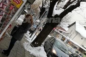Папарашки снимки! Деси Банова избира мартеници за Плевнелиев