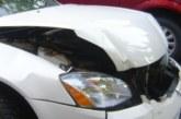 Млада жена се разбесня, изля гнева си върху колата на съсед, потроши я без да й мигне окото