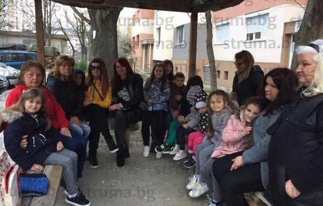 """Родители от жк """"Ален мак"""" на бунт срещу районирания прием на първолаци в училище, заплашват: Няма да пуснем децата си на 15 септември"""