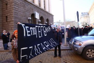 Протест пред Министерски съвет, полицайка ранена