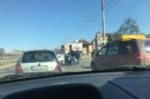 КОШМАРЕН ИНЦИДЕНТ! Кола изхвърча от пътя и се заби в мантинелата, окървавени хора лежат на земята