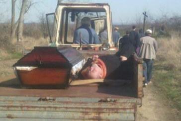 ТРАГИКОМИЧНО! Нафиркан поп заспа до ковчега на мъртвец