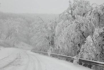 Усложнена пътна обстановка в страната заради снеговалеж