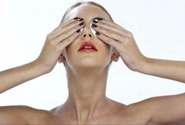 Омекотете кожата около очите и заличете бръчките с маска от магданоз и заквасена сметана