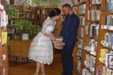 Младоженци от Перник избраха библиотеката за първата фoтосесия