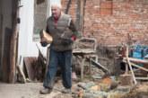Тримата последни жители на кюстендилското село Ломница – монахът Владимир, Добринка, която се радва на деветимата си внуци, но от разстояние, и Павел, ЮЗУ възпитаник, учител по история и физическо, преподавал в Испания бокс и обучавал кучета да търсят трюфели