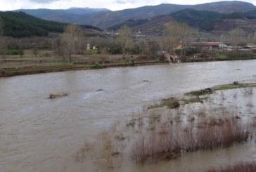 Река Струма повишава нивото си, вдигат пясъчни диги