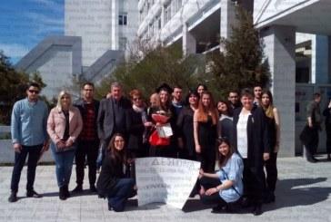 15 роднини с плакати и фойерверки направиха гръцка фиеста пред ЮЗУ за дипломирането на психоложката Деспина, дъщеря на петрички лекари пълната отличничка на випуска