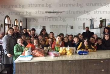 """Второкласници дариха продукти на кухнята за бедни в църквата в кв. """"Грамада"""", доброволци ще приготвят с тях разничен обяд на Благовещение"""