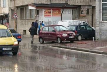 БЕЗХАБЕРИЕ! Гъркиня паркира за час и половина на тротоар в Сандански, напазарува, изяде си пицата, не се намери кой да я глоби