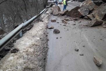 Екип от алпинисти обрушва скалите, блокирали движението по пътя София – Самоков
