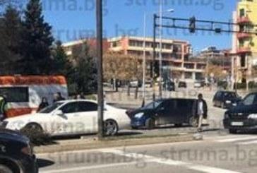 Катастрофа на кръстовището при ЮЗУ, линейка и полиция на място