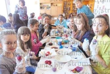 Кюстендилски деца боядисваха яйца с техниките на бабите си
