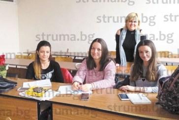 """ЮЗУ студенти от специалност """"Лингвистика"""" засвидетелстваха своето уважение към любим преподавател"""