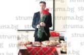 """Директорът на СУ""""Св. св. Кирил Методий"""" в Сатовча Джеват Дунчев изненада колежките с цветя за 8 март"""