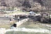 Ученици от V СУ откриха плувния сезон със скокове в р. Бистрица