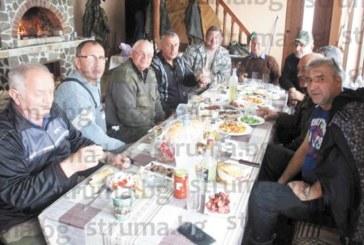 Каталясали от умора след броенето на диви свине, ловците от Сатовча се събраха на вечерно парти за по едно питие няколко пъти