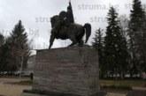 """Паметникът на """"Кракра Пернишки"""" се руши, опасни плочи застрашават живота на деца"""