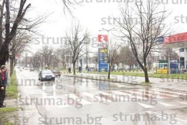 """Вместо през 250 м. """"зебри"""" нагъсто шарят улиците в Благоевград, маркировката изчезва за половин година"""