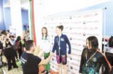 """Дама от """"GD Sport"""" с купа за най-добър състезател, плувците на """"Пирин"""" втори отборно"""