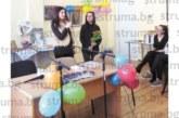 """Абитуриентка от НХГ си подари стихосбирка за  рождения ден, съучениците й я изненадаха с  торта, дружно изпяха """"Един неразделен клас"""""""