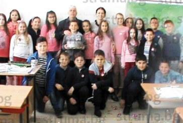 Учители и ученици подариха торта, чаша и стенен часовник на зам. директора В. Ислямов за 53-ия му рожден ден